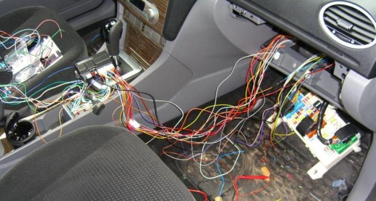 Искать провода следует вольтметром