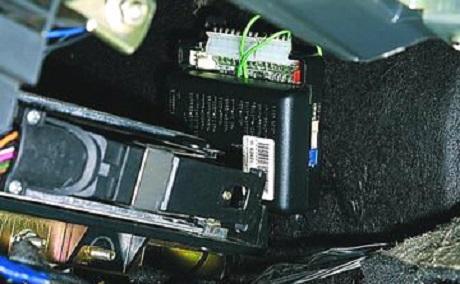 Чтобы электрическая цепь под капотом была труднодоступной, следует спрятать ее за крупногабаритными запчастями